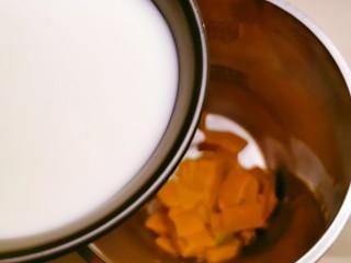 奶油南瓜汤,倒入牛奶