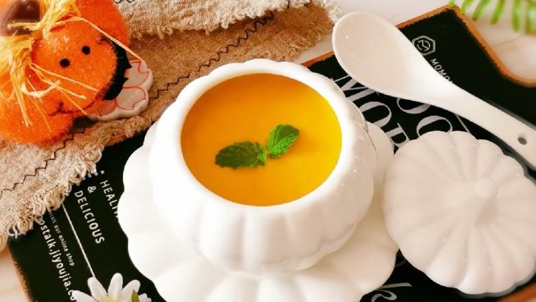 奶油南瓜汤,放入薄荷叶装饰