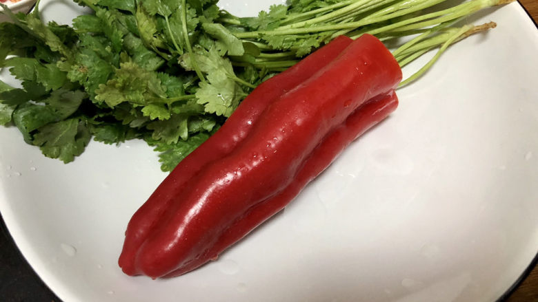 凉拌千张,红椒去籽洗净