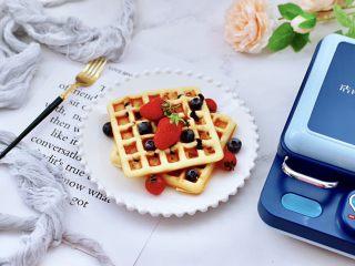 奶香水果干华夫饼,上面撒上自己喜欢的水果,就可以享用了。