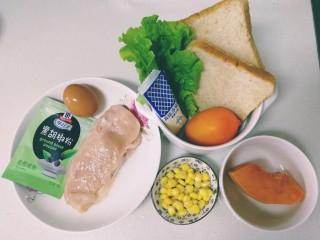 甜玉米雞胸肉全麥三明治,主要食材雞胸肉冷水泡5分鐘,清水沖洗干凈。