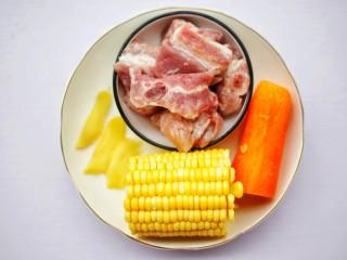 胡蘿卜玉米排骨湯 ~,準備好所有食材。