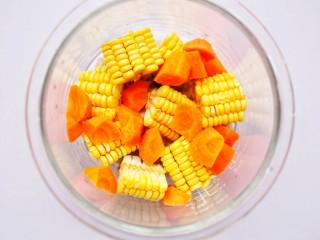 胡蘿卜玉米排骨湯 ~,加入胡蘿卜。