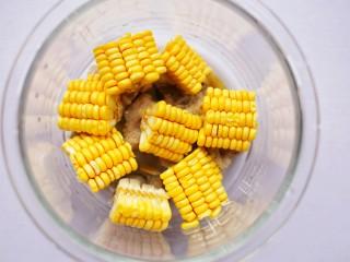 胡蘿卜玉米排骨湯 ~,加入玉米。
