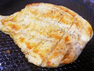 甜玉米雞胸肉全麥三明治,煎至兩面金黃,中火收汁。