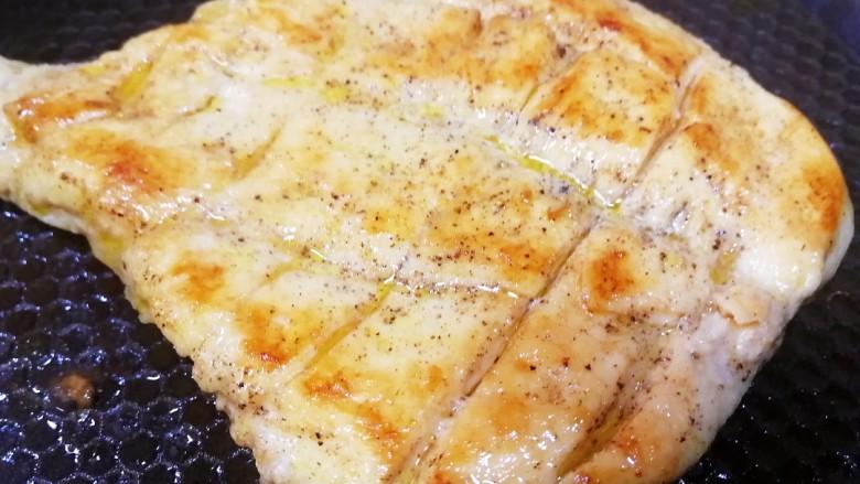 甜玉米鸡胸肉全麦三明治,煎至两面金黄,中火收汁。