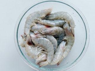麻辣香锅,虾剪掉虾须,去除虾线