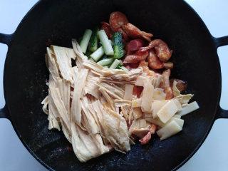 麻辣香锅,加入所有的主食材