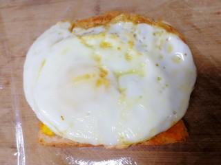 甜玉米雞胸肉全麥三明治,放上煎蛋。
