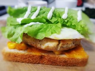 甜玉米雞胸肉全麥三明治,放上兩片生菜,擠上適量沙拉醬。