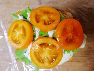 甜玉米雞胸肉全麥三明治,鋪上小黃番茄片。