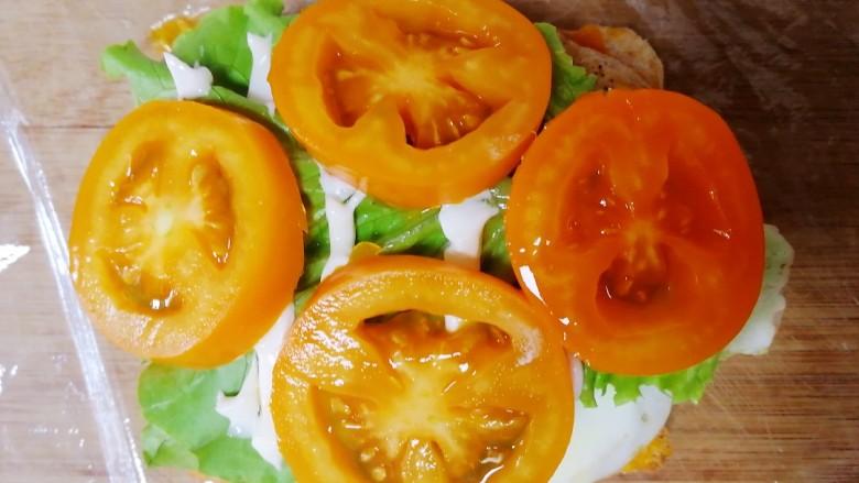 甜玉米鸡胸肉全麦三明治,铺上小黄番茄片。
