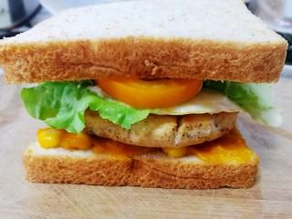甜玉米雞胸肉全麥三明治,最后放上全麥切片。