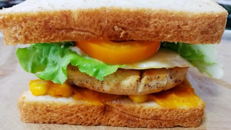 甜玉米鸡胸肉全麦三明治,最后放上全麦切片。