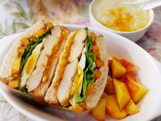 甜玉米雞胸肉全麥三明治,甜玉米粒雞胸肉全麥三明治,一碗南瓜粥,一點水果,早餐吃起。