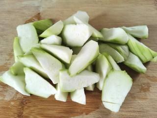 丝瓜花蛤汤,切成滚刀块