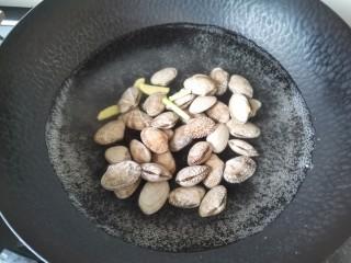 丝瓜花蛤汤,放入花蛤烧开