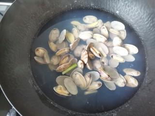 丝瓜花蛤汤,花蛤全部烧张开,除去浮沫