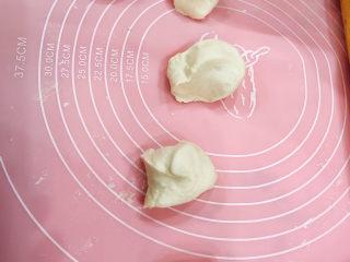 角瓜蔬菜瘦肉卷,把醒发好的面团此时将醒好的面团去掉保鲜膜,放在揉面垫上,整理成条状。再切分成大小均匀的面剂子