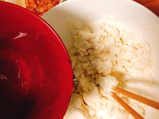 角瓜蔬菜瘦肉卷,普通面粉中先倒入50克清水,边倒入边将食材搅拌成面絮状。