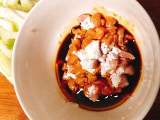 角瓜蔬菜瘦肉卷,用少量生粉和生抽2滴麻油腌制25分钟