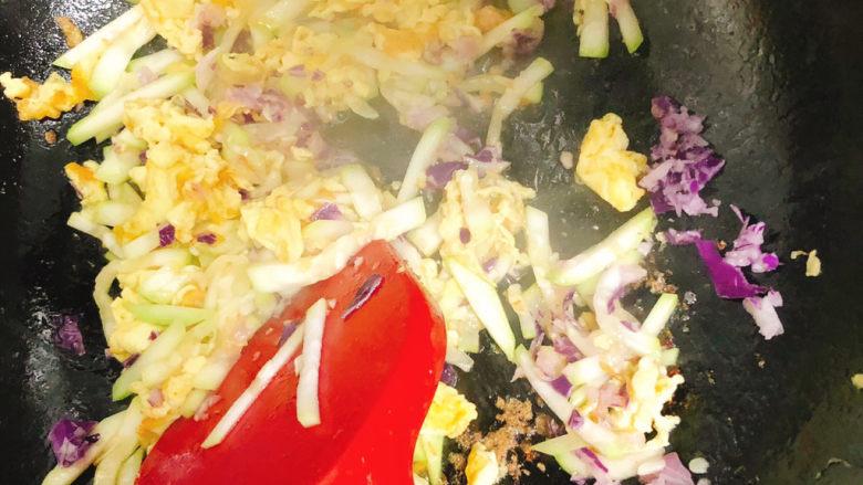 角瓜蔬菜瘦肉卷,再加入洋葱紫甘蓝末