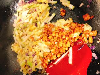 角瓜蔬菜瘦肉卷,最后再倒入肉粒炒3分钟,2滴生抽即可出锅,口味淡的也可不加生抽
