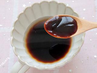 真的有魔力!這碗照燒巴沙魚飯竟吃出了鰻魚飯的口感~,接著來調照燒汁,碗里倒入半碗清水、1勺老抽、2勺生抽、1勺蠔油、1勺蜂蜜攪拌均勻。