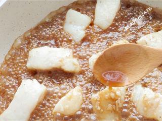 真的有魔力!這碗照燒巴沙魚飯竟吃出了鰻魚飯的口感~,在煮的過程中,用勺子不斷的把醬汁淋在魚塊上,這樣比較好上色,煮的差不多就用大火收汁。(湯汁多留點可以拌飯哦~)