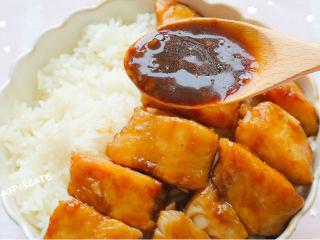 真的有魔力!這碗照燒巴沙魚飯竟吃出了鰻魚飯的口感~,米飯碼上巴沙魚、淋上湯汁。
