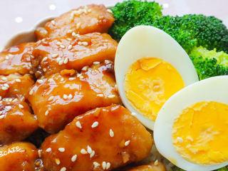 真的有魔力!這碗照燒巴沙魚飯竟吃出了鰻魚飯的口感~,繼續碼上西蘭花和雞蛋,撒上白芝麻。