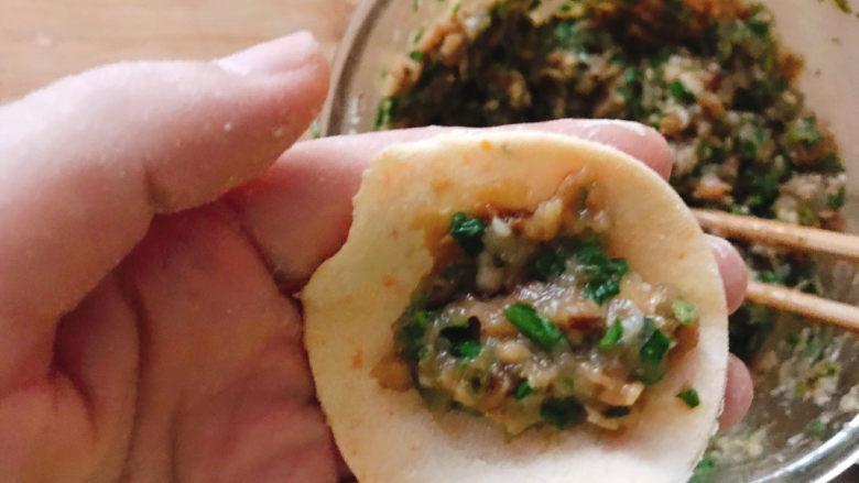 鲅鱼水饺,取一个饺子皮包入肉馅