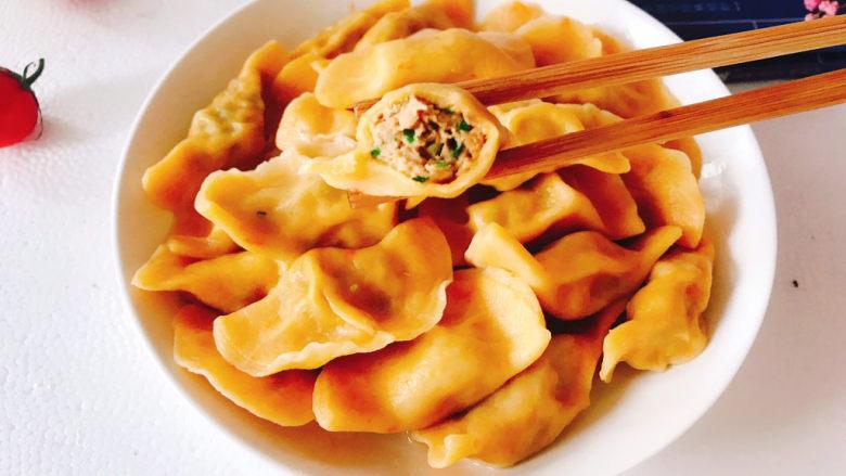 鲅鱼水饺,味道鲜美,胡萝卜面皮饺子又增添了色彩和营养