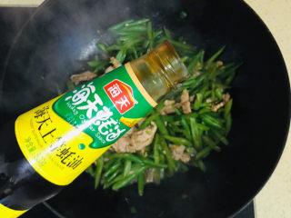 四季豆炒肉,最后淋上一勺蚝油