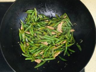 四季豆炒肉,翻拌均匀就可以关火了