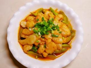 水煮龍利魚,魚片放到絲瓜上面  放上香蔥
