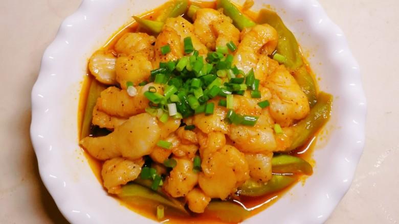 水煮龙利鱼,鱼片放到丝瓜上面  放上香葱