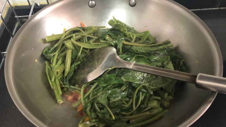 腐乳空心菜,转中大火,加入空心菜,翻炒均匀出锅