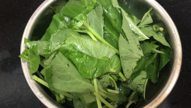 腐乳空心菜,空心菜分菜茎菜叶,分别切段