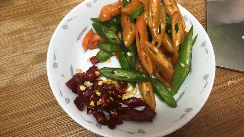 腐乳空心菜,线椒切斜段,干辣椒剪成小段