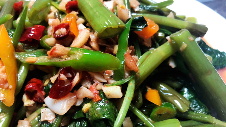 腐乳空心菜,这道腐乳空心菜,口味独特,咸鲜微辣,空心菜脆嫩,很是下饭,喜欢的小伙伴们快来试试看吧😄
