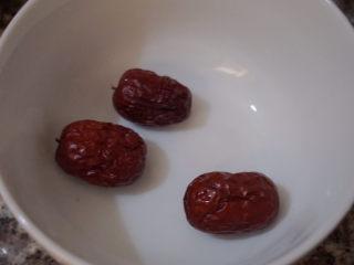 豬蹄黃豆玉米湯,取3顆紅棗