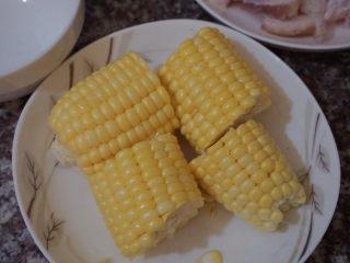 豬蹄黃豆玉米湯,將玉米切成段