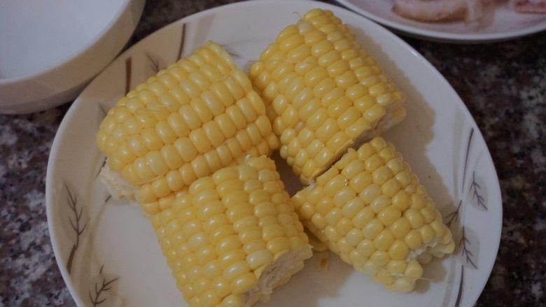 猪蹄黄豆玉米汤,将玉米切成段