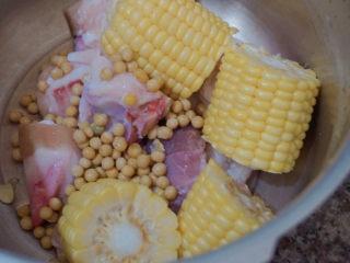 豬蹄黃豆玉米湯,加入黃豆