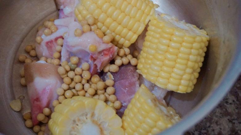 猪蹄黄豆玉米汤,加入黄豆