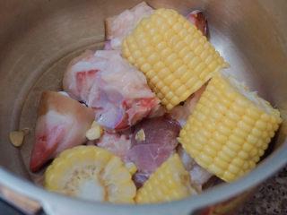豬蹄黃豆玉米湯,加入玉米