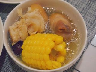 豬蹄黃豆玉米湯,豬蹄肉軟糯,湯清甜,夏天也適合喝呢