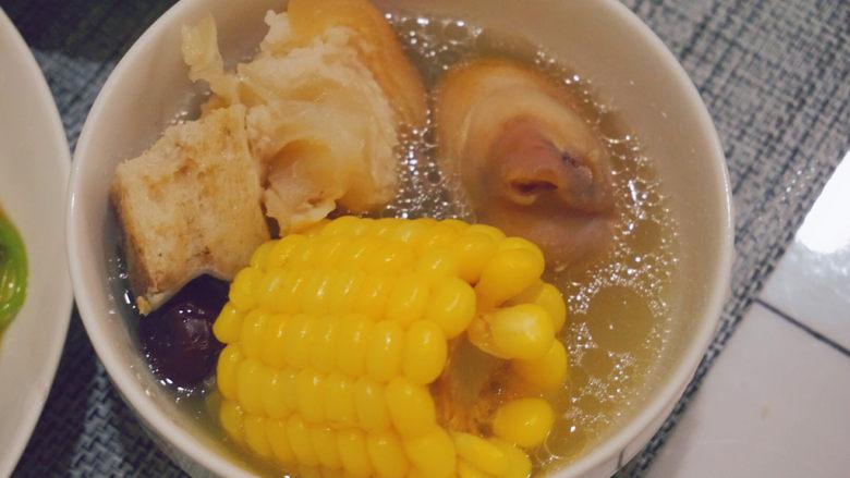 猪蹄黄豆玉米汤,猪蹄肉软糯,汤清甜,夏天也适合喝呢