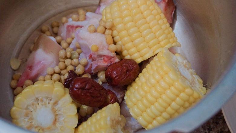 猪蹄黄豆玉米汤,洗干净后也放入锅中